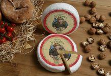 """Lo Scimudin è un formaggio a pasta cruda, tenero e poco stagionato prodotto nell'intero territorio valtellinese; un tempoveniva prodotto con il latte di capra; oggi si utilizza quello di vacca, anche se talvolta, in particolare in Val Codera, una valle estremamente bella e suggestiva in quanto inaccessibile alle auto, è possibile ancora trovare Scimudin ottenuto con latte di capra come si faceva un tempo. Scimudin, conosciuto fin dal '600 Conosciuto in Valtellina fino dal '600, in particolare nell'alta valle, un tempo era il classico prodotto caseario """"fatto in casa"""", che antiche usanze e tradizioni volevano fosse offerto agli ospiti, in particolare dopo i funerali. Oggi, che fa parte del tris delle eccellenze casearie valtellinesi assieme al Bitto ed al Casera, tutte le latterie e caseifici valligiani l'hanno in produzione e non è facile da reperire lontano dalla sua zona di produzione. Scimudin, la lavorazione Si tratta di un formaggio a lenta maturazione, da consumare rapidamente. La lavorazione dello Scimudin prevede l'uso di latte vaccino di razze tradizionali, cui si aggiunge caglio di vitello per ottenere la coagulazione della pasta; la cagliata così ottenuta viene cotta tra i 36° e i 40°C per circa 30 minuti. La pasta viene quindi tolta e sistemata negli stampi a spurgarsi, quindi posta a maturare da un minimo di 10 ad un massimo di 30 giorni. Alla vista lo Scimudin si presenta con una crosta asciutta e sottile, morbida e talvolta cosparsa di caratteristiche muffe di colore bianco o grigio; ha una pasta di colore bianco tendente al paglierino, morbida, con occhiature fini e irregolari. Al gusto, ha un sapore cremoso, dolce e delicato, che ricorda il latte fresco; in cucina è tipico abbinarlo alla polenta, ma anche come fine pasto, con un cucchiaino di miele o di marmellata."""