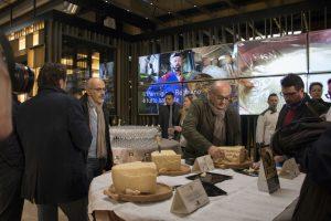 L'apertura del Parmigiano-Reggiano