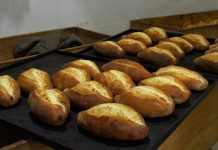 Lo chef Simone Salvini alla Bottega di Antoniano, spazio solidale natalizio