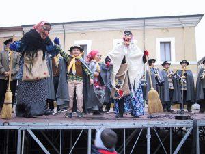 A Cervia il 6 gennaio la Befana porta doni e si tuffa in mare