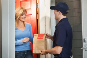 Spopola il food delivery, i piatti gournet dei ristoranti serviti a casa