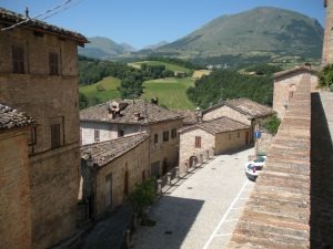 """Borghi d'Italia: Montefortino, il paese delle """"cucciole"""""""