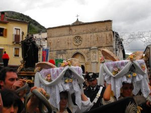 A Cocullo, nell'aquilano, domani c'è la tradizionale processione dei serpari