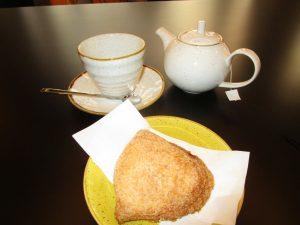 Brioche alla crema cotta e tè Darjeeling a colazione
