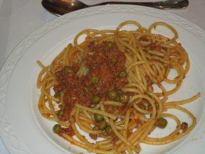 Spaghetti alla bolognese nella versione con piselli
