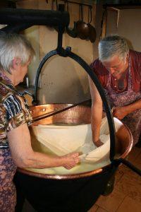 Formandi, la due giorni del formaggio di malga a Sutrio, in Carnia