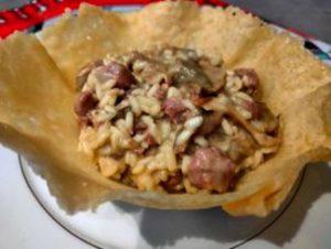 Risotto con salsiccia, funghi porcini e robiola in cestino di parmigiano reggiano