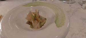 Il carpaccio di spigola su purea di banaana, olio al curry verde, coulis di basilico e chips di banana