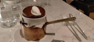 Il tortino di cioccolato e arabica con cuore caldo di nocciola e gelato di capra