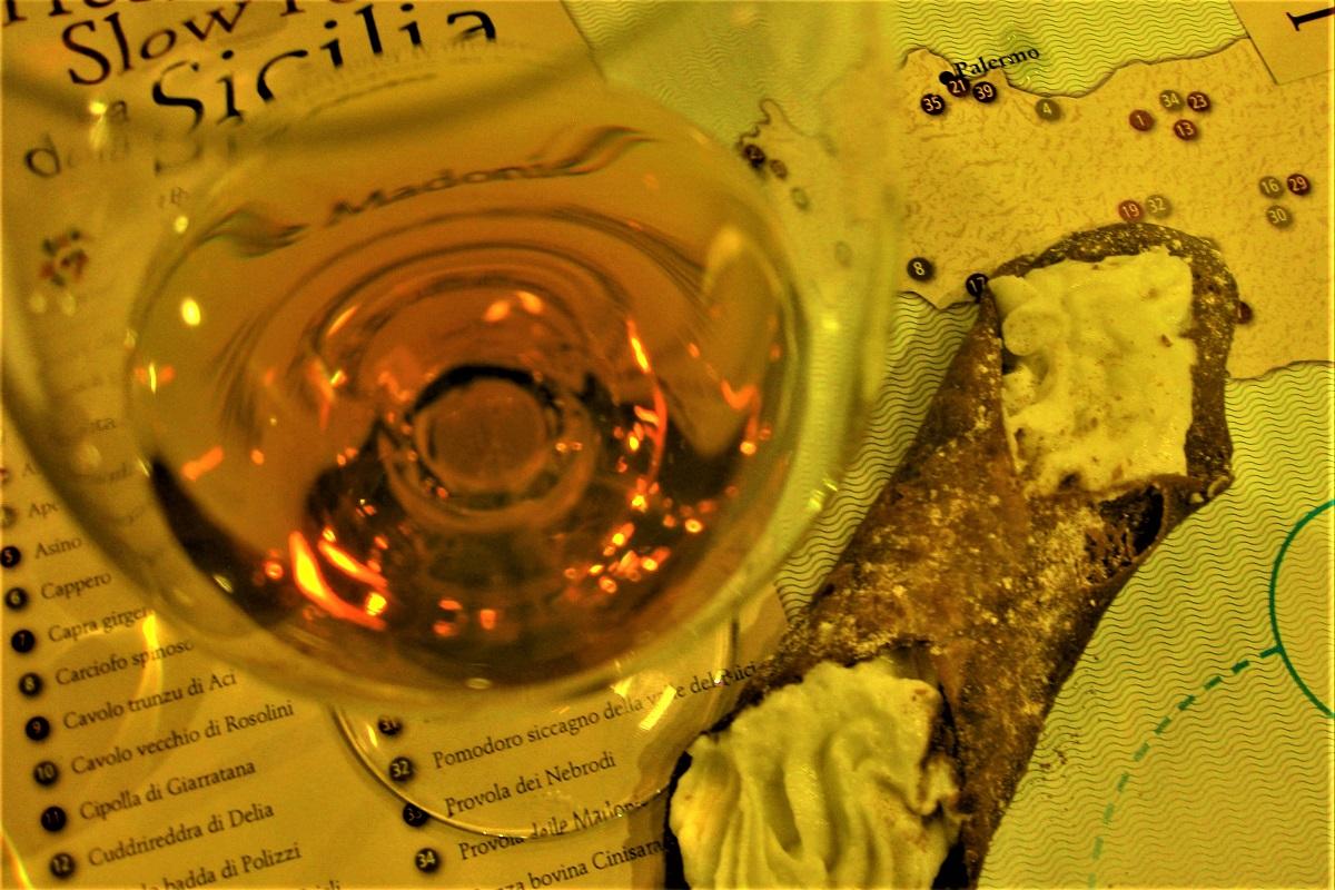 Malvasia delle Lipari e cannolo siciliano. Credits: Ph. Andrea Di Bella