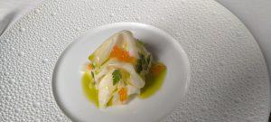 Il sedano rapa cotto al sale con mandorle, uova di trota e olio alle erbe