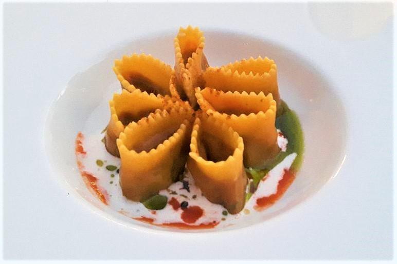 Raviolo ripieno di pomodorini confit, crema di stracciatella e olio al basilico. Credits ph. Andrea Di Bella
